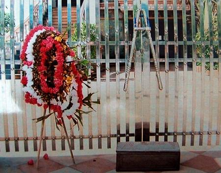 Đặt vòng hoa trước cửa nhà là một hình thức khủng bố tinh thần vi phạm pháp luật.